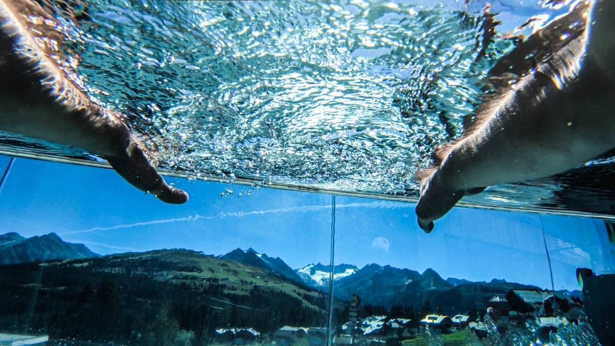 In- & Outdoor Pool im Alpenwelt Felsen BAD